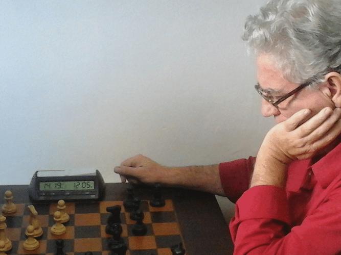 Depois do trabalho, Álvaro Frota fez o que realmente gosta de fazer: jogar Xadrez!