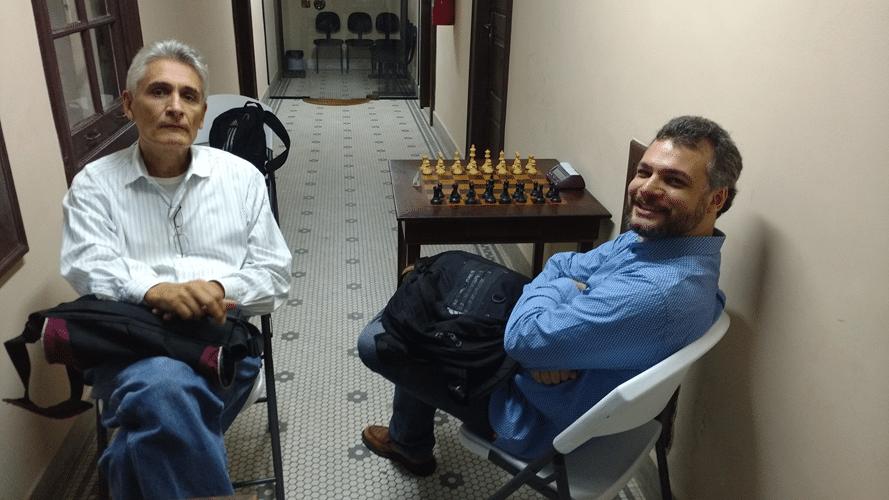 Apesar de toda a agitação, Alberto Mascarenhas, organizador do evento junto à FIDE, conversa tranquillamente com Job Rodrigues, idealizador do Prêmio Especial Jovem.