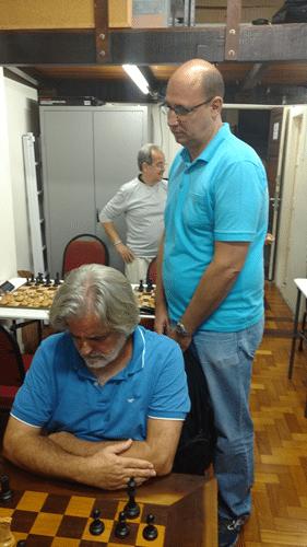 Arnaldo Leite Mesquita observa a partida de Luiz Alberto da Luz