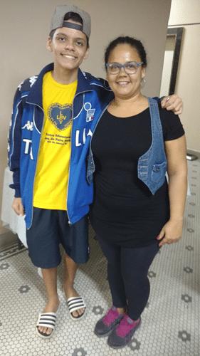 Yan Soares Romariz e sua mãe Alessandra