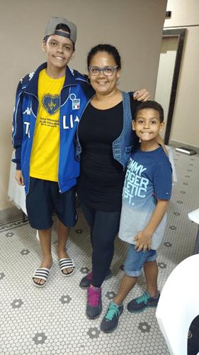 Yan Soares Romariz, sua mãe Alessandra e seu irmão Yuri