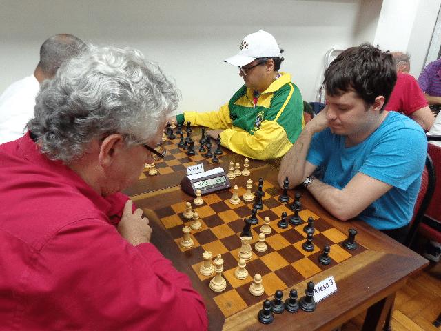 Álvaro Frota versus Leo Ramos Simões. Na outra mesa, Ricardo França, de negras (1)
