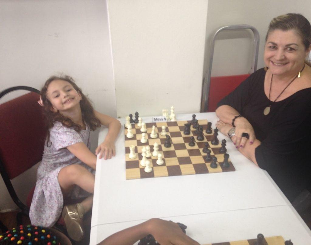 Manuela e Maria Goreti, minha companheira de sempre, jogando uma partidinha amistosa!