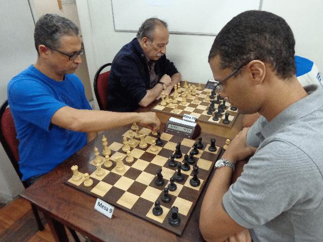 Jeferson Menezes versus André Kemper. Na outra mesa, Juarez Lima