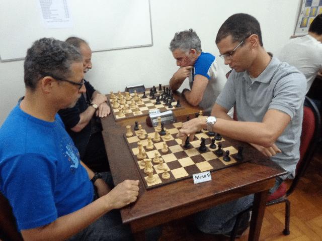 Jeferson Menezes versus André Kemper. Na outra mesa, Leandro Burrafato