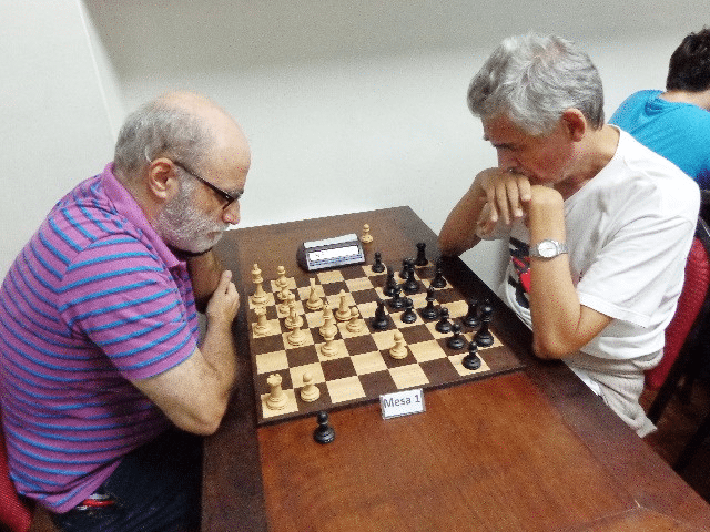 Alberto Mascarenhas enfrentando, de pretas, José Carlos Mesquita