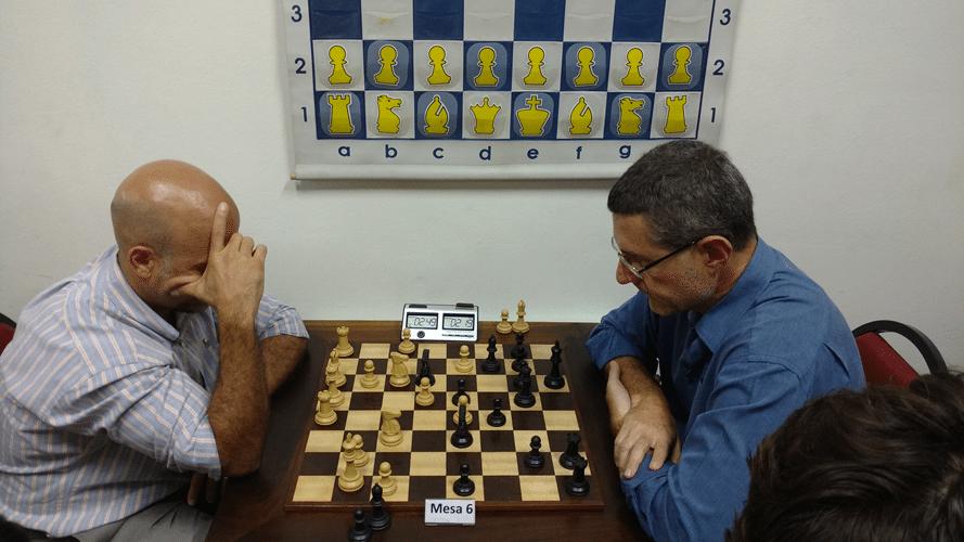 Alberto Santos, jogando de pretas contra Rômulo Pires