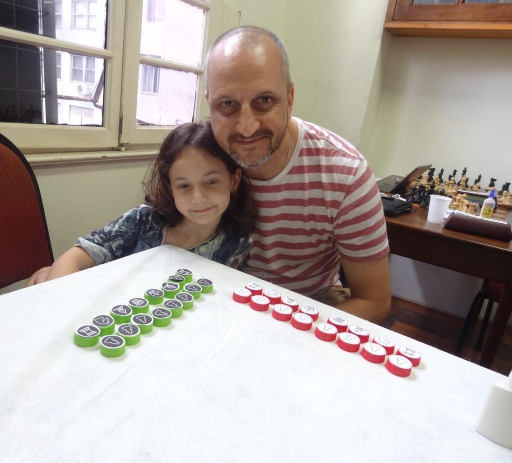 Manuela, papai Pedro e o belo joguinho montado por ela! A síntese da novidade e sinergia deste Caçulinha!